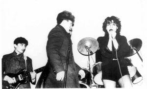 """Концерт группы """"Браво"""". Милиционер идет отключать аппаратуру. Агузарова пока поет, Хавтан пока играет. 1984."""