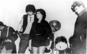 """Концерт группы """"Браво"""". Аппаратура отключена. Агузарова молчит в ожидании ареста. Сзади - Павел Кузин встал из-за барабанов, Хавтан отключает гитару. 1984."""