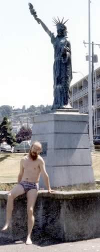 Сиэттл, С. Летов на пляже со статуей свободы, 1990