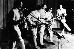 ГОЛУБЫЕ ГИТАРЫ: Витя ДЕГТЯРЁВ на басу. 1973 год (из архива Ю.Валова).