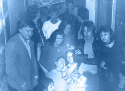 Фото с той самой вечеринки у Миллера. Слева стоят: С.Жариков, Т. Новиков и Ж. Агузарова; Справа: А.Башлачёв с Е. Вишня; В самой дали - С. Фирсов с женой. Сидят: (справа налево) К. Миллер, А. Вишня, Терри (Л. Ковтун) в компании тусовщиц. Фото из архива А.Вишни.