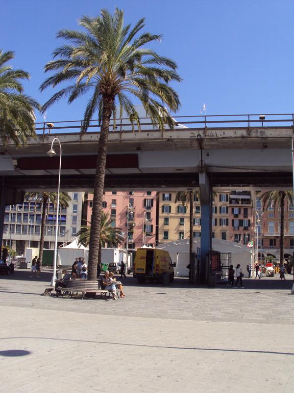 Здравствуй, Генуя, здравствуйте все! Въезжаешь в Геную по автобану, который расположен «вторым этажом» и проходит через самый центр города. При этом, как вы можете видеть, исторический облик никак не пострадал, даже лучше стало.