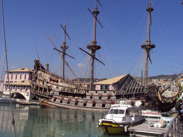 Галеон стоит в так называемом Старом порту Генуи. Вид сбоку.