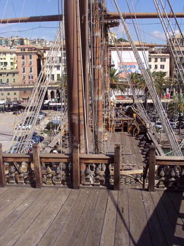 С верхней палубы открывается вид на ряд мачт и набережную Старого порта. Где мои матросы, тысяча чертей!?