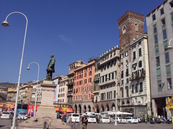 Площадь Карикаменто, припортовая площадь. Наблюдаем памятник некоему Раффаэлле Рубаттино. Сей мэн был предпринимателем а заодно и создателем морского торгового флота Италии, в 19 веке работал, генуэзец коренной.