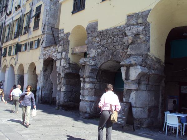 А на этих домах штукатурку наоборот, сняли, чтобы древность показать. Ну, клёва, чё, 13 век — скоро 1000 лет этим домикам будет. Время летииит, ух.