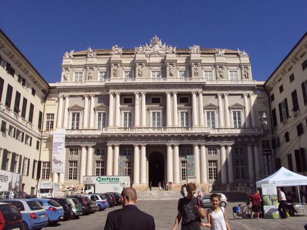 Дворец дожей — правителей. Дожи (дуче по-современному) были учреждены в Генуе по примеру Венеции в 14 веке. Тогда же появился и этот дворец. Дожи жили здесь. Тудэй — музэй.