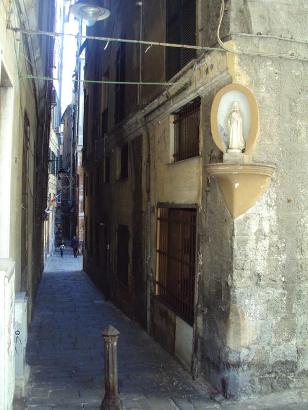 Улицы всех древних итальянских городов примерно одинаковые: узкие, голые, кривые. Главное, не забывать смотреть наверх — все утыкано барельефами разной тематики и назначения. Тут у нас Мария.