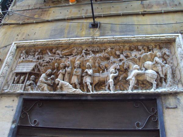 Здесь барельеф над входом также библейской тематики, поклонение волхвов, если не ошибаюсь.