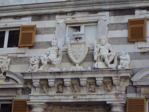 Для генуэзской архитектуры характерны вот эти полоски бело-серые, красивое сочетание, кстати. Тут над входом точно герб.