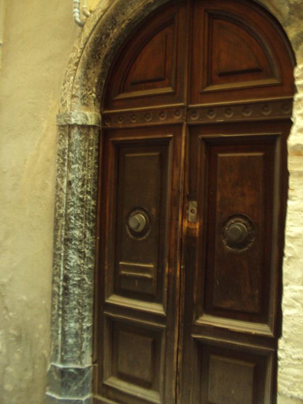 Старые двери можно долго рассматривать, не то чтобы чем то веет, а прям чувствуется, что не обо столетие они тут стоят. Прикол, конечно.