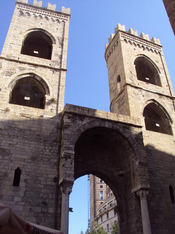 Ворота Порта Сопрана какое-то время служили главными входными воротами в Геную, сохранились до наших дней от крепостной стены 12 века. Ласточки узнаете — они везде в Италии на крепостных стенах использовались. В детстве нам говорили, что ласточки крепостных стен московского кремля — это что-то уникальное. Ага, уникальное — это в Италии во всех фортификационных сооружениях использовалось.