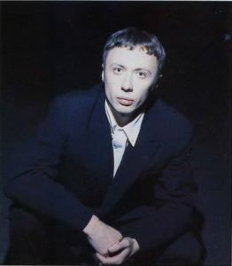 На ночной дороге в смокинге с чужого плеча. Фото на перове письмо редактора, 1995. Фото Влад Локтев.