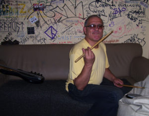 Миша Юденич неустанно барабанит. Любимец и серьёзный помошник Судника